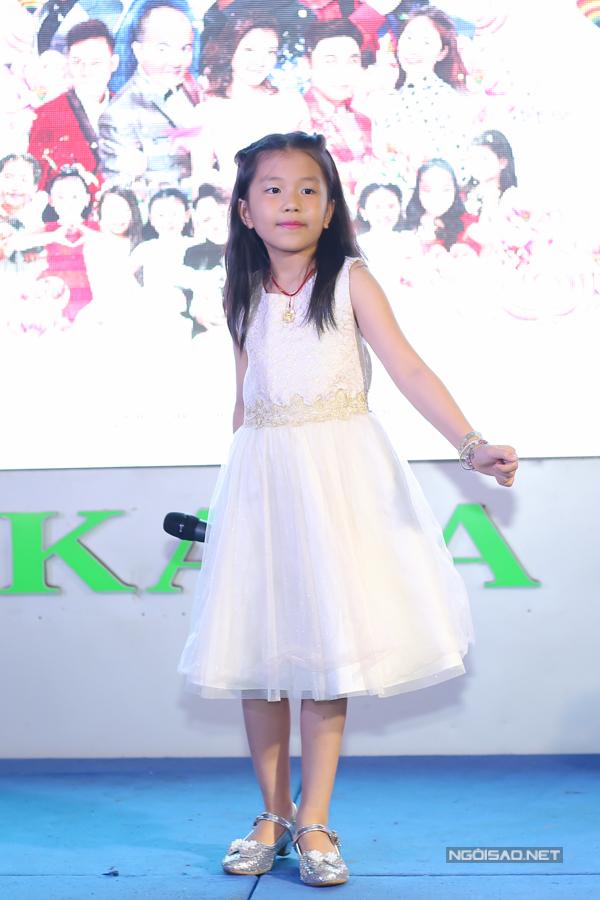Con gái nhạc sĩ Nguyễn Văn Chung đến dự họp báo giới thiệu liveshow của anh ở TP HCM, chiều 15/5. Bé tên Kim Anh, vừa tròn 7 tuổi, được nhiều khán giả biết đến vì đang tham gia chương trình Gia đình nghệ thuật cùng cha.