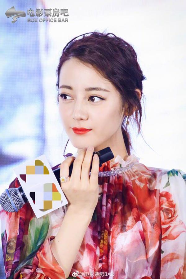 Người đẹp Tân Cương thường xuyên trang điểm nền nhẹ, không tạo khối đậm