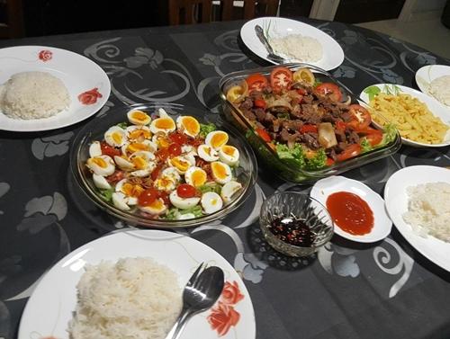 Chị Lâm tốn khoảng 30 SGD (500 nghìn đồng) mỗi ngày để mua thực phẩm cho 4 người. Ở nơi chị sống, rau tươi có giá đắt hơn thịt gà, thịt bò.