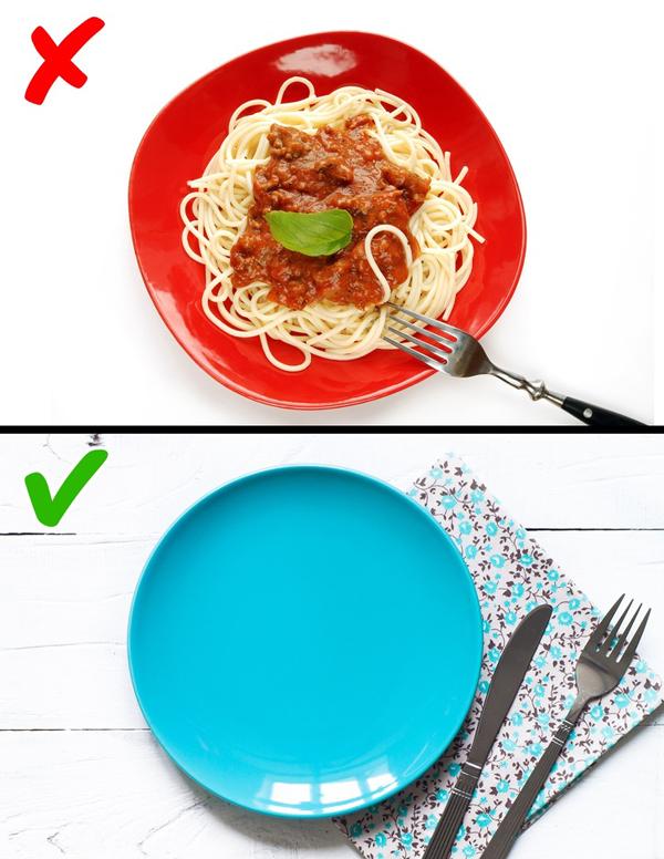 Dùng bát đĩa màu xanh Nghiên cứu khoa học đã chỉ ra rằng, bát đĩa màu xanh sẽ khiến bạn ăn ít hơn bình thường.
