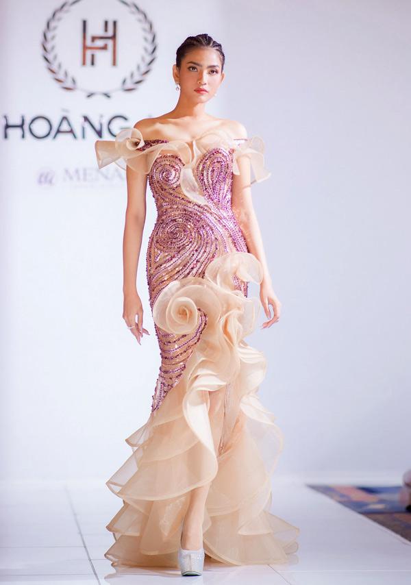 Á hậu Trương Thị May giới thiệu một thiết kế váy dạ hội bèo nhún, đính kết kỳ công.