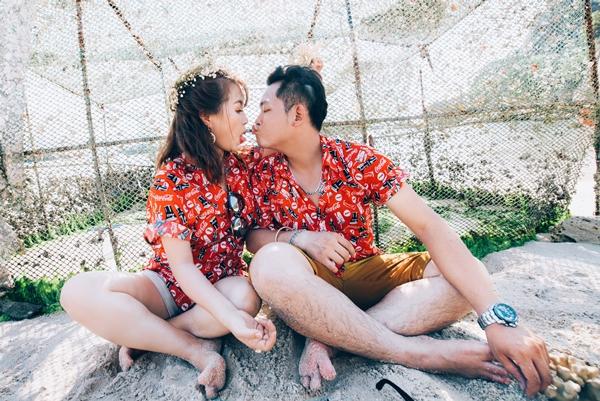 Một chiều mưanăm 2012 tại quán cafe ở TP HCM, Trang ngồi bên cửa sổ, trầm ngâm lắng nghe giai điệu quen thuộc của một bản nhạc Trịnh. Minh lặng nhìn từ xa; anh lập tức bị ấn tượng bởi cô gái có mái tóc ngắn, đôi mắt xa xăm và nụ cười có chiếc răng khểnh. Minh muốn làm quen Trang, anh nhờ người phục vụ mang đến cô một mẩu giấy nhắn kèm gói chuối chiên mua vội bên đường.