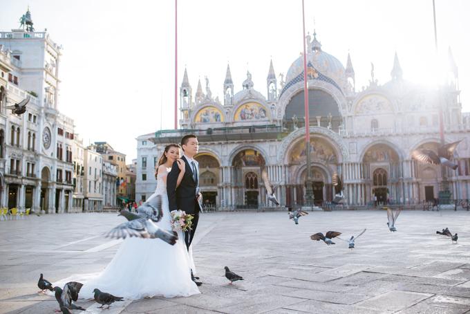 Để thực hiện bộ ảnh cưới, Quỳnh Anh và An Khương đã bắt chuyến bay từ London sang Venice. Cô dâu chú rể phải dậy từ 4h mớighi lại được những hình ảnh ấn tượng tại đây.Thỏ và Gấu cũng chọn một resort lãng mạn, yên tĩnh để chụp ảnh cưới.