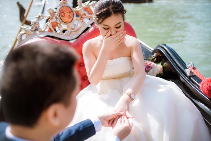 Khi chụp ảnh cưới, An Khương đã tái hiện cảnh trao nhẫn cầu hôn Quỳnh Anh và khoảnh khắc này vẫn thật nhiều cảm xúc với cô dâu.