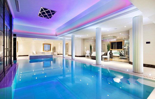 Bể bơi rộng trong nhà.