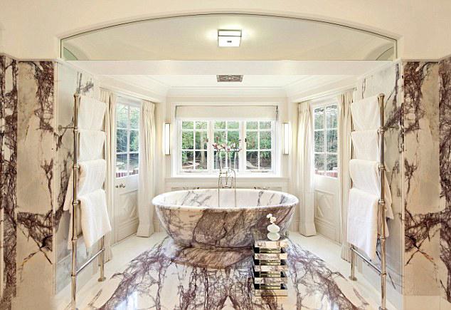 Phòng tắm vương giả lát đá cẩm thạch.