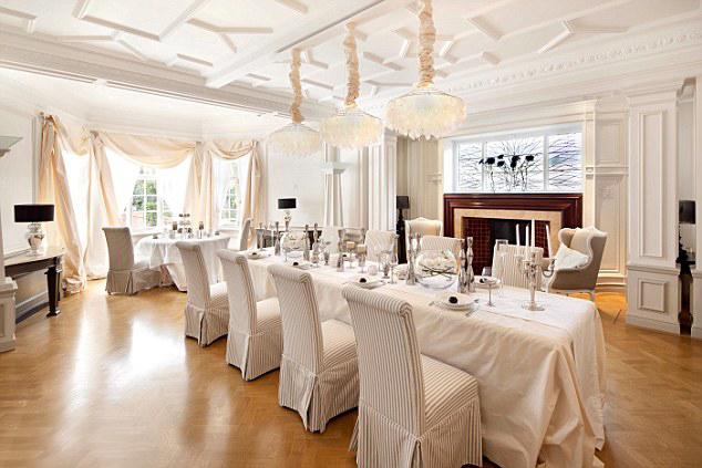 Phòng ăn lớn đủ để Justin Bieber mời đông đảo bạn bè nghệ sĩ của anh tới nhà dự tiệc.