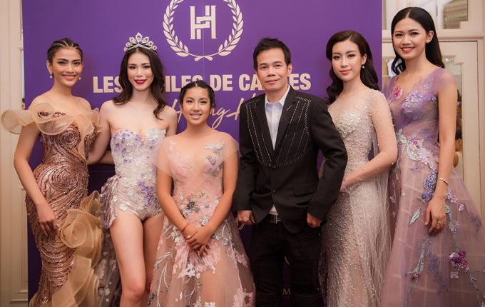 Á hậu Thanh Tú (đầu tiên bên phải) và các người đẹp chụp ảnh cùng nhà thiết kế Hoàng Hải tại Cannes.