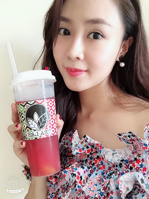 Diễn viên Hồng Diễm hạ nhiệt ngày nắng nóng bằng trà sữa. Nhan sắc trẻ trung như gái 18 của cô