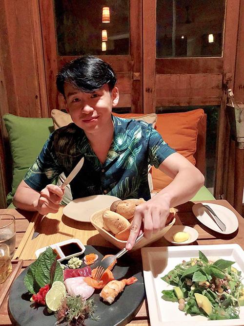 MC Quang Bảo khoe vẻ ngoài điển trai khi vừa mổ mắt và giã từ cặp kính cận quen thuộc.
