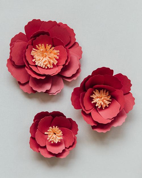 Những bông hoa mẫu đơn bằng giấy với sắc đỏ sẽ khiến không gian tiệc cưới thêm lộng lẫy.