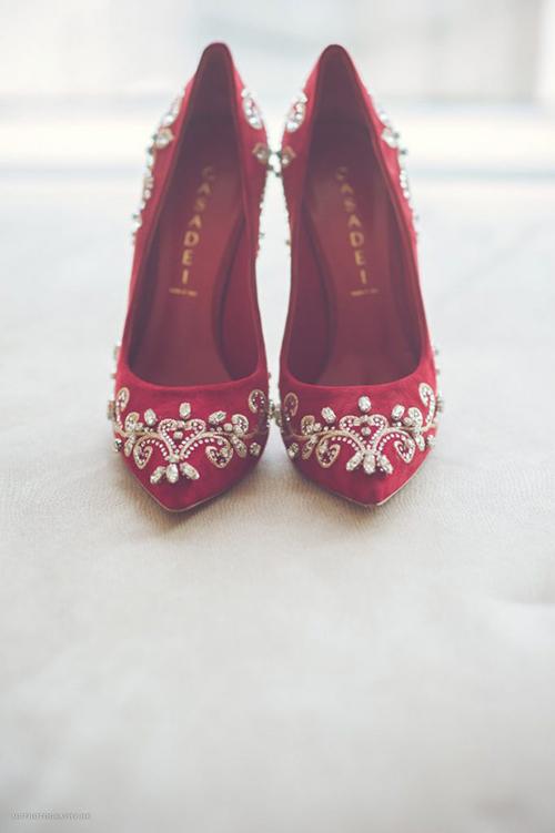Đôi giày màu đỏ thẫm với hoa văn cổ điểnsẽ là điểm nhấn cho trang phục của cô dâu.