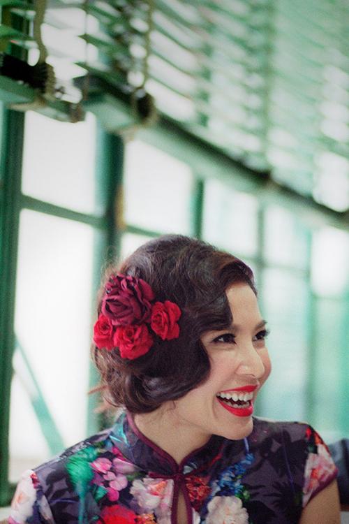 Hoa cài đầu màu đỏ giúp nàng dâu thêm tươi tắn và cá tính.