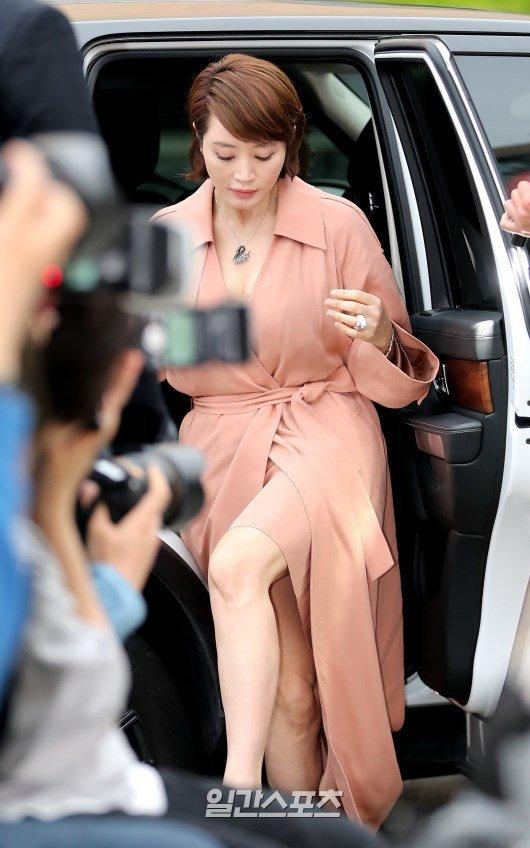 Dự sự kiện chiều nay có nhiều gương mặt quen thuộc của Kbiz như diễn viên Kim Hye Soo.