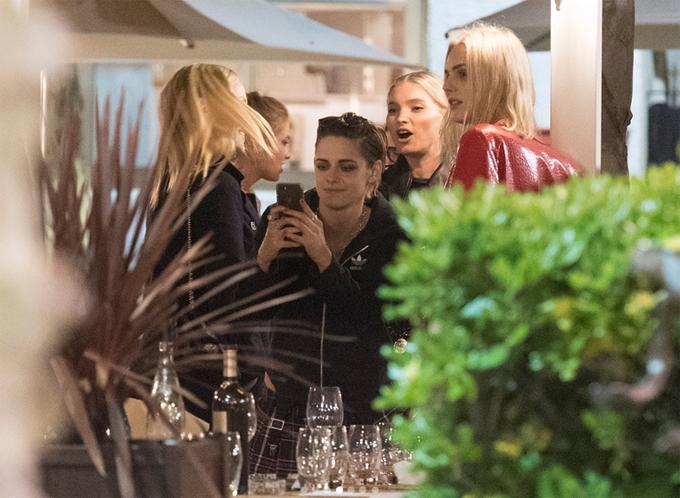 Khi rời thảm đỏ hào nhoáng, nữ diễn viênMỹ thay trang phục giản dị, đi ăn tối với người tình đồng giới Stella Maxwell và nhóm bạn.