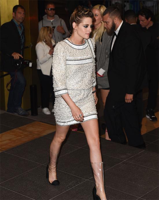 Kristen diện đồ của Chanel đi xem show thời trang vào tối 9/5.
