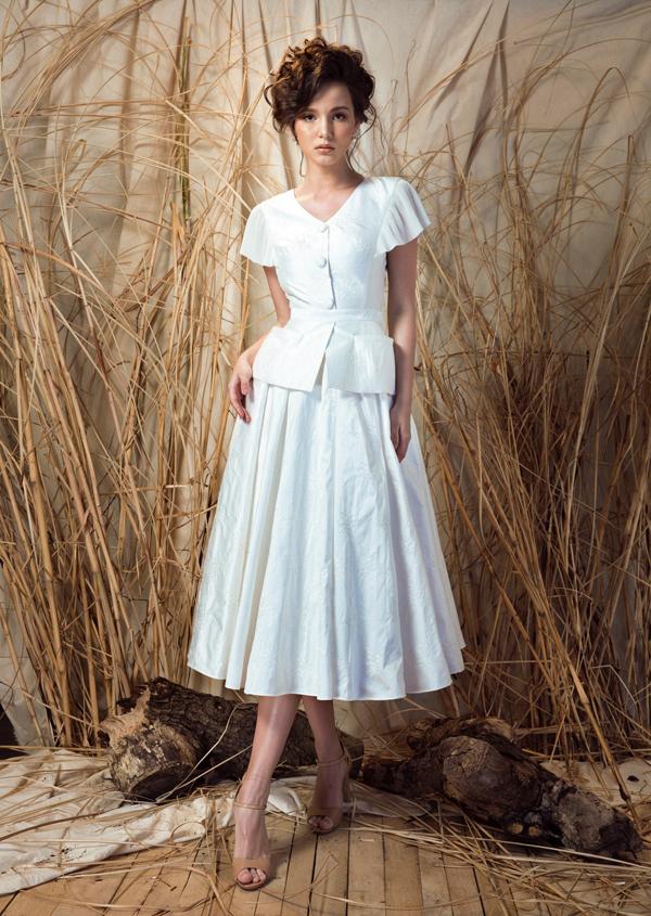 Trong form dáng mang đậm dấu ấn của thời trang thập niên 60-70 kết hợp với chất liệu taffa tơ tằm và chiffon dập ly, Aibedullina Talliya như ngược thời gian, trở thành tiểu thư phương Đông trang nhã và cao quý.