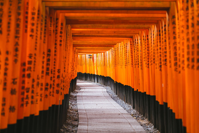 Ngôi đền Fushimi Inari Shrine ở phía Nam thành phốKyoto. Công trình trở nên nổi danh và quen thuộc với du khách bởi con đường đỏ rực màu của những chiếc cổng torii xếp nhau san sát, tạo thành một đường hầm không đâu có được.