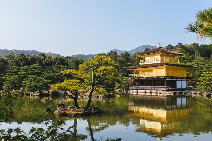Ngôi chùa vàng Kinkakuji ở phía Bắc thành phốKyoto. Từ thủ đô Tokyo, du khách có thể bay hoặc đi tàu hoả tới được cố đô trầm mặc và cổ kính này.
