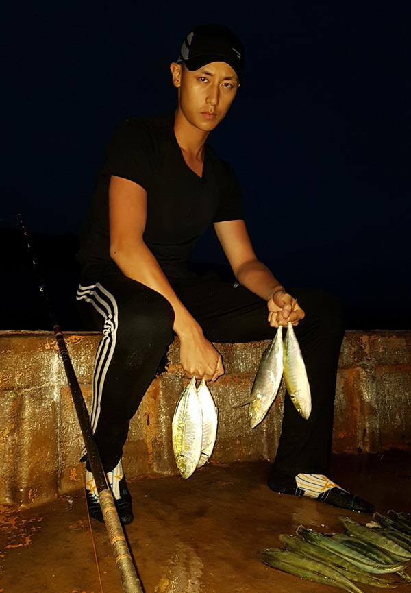 Rocker Nguyễn trải nghiệm 10 ngày làm ngư dân ở Côn Đảo. Cả ngày anh phơi mình dưới nắng biển để câu cá, cố gắng lấy lại cân bằng, thoát khỏi chứng trầm cảm.