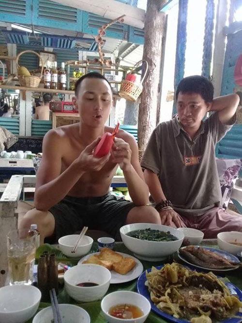 Rocker Nguyễn với hình ảnh gầy nhom, nước da đen nhẻm khi sống ở Côn Đảo.