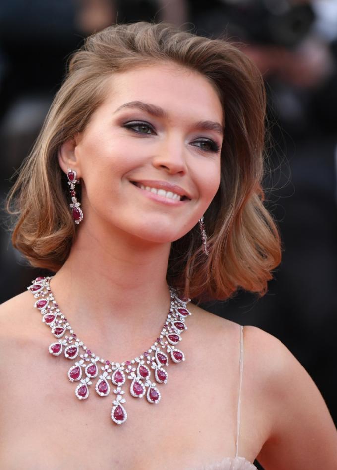 Đại sứ dòng sản phẩm Happy Sport của Chopard - Arizona Muse yêu kiều với bộ trang sức thu hút ánh nhìn được chế tác từ hồng ngọc (hơn 226 ct) và kim cương thuộc bộ sưu tập Haute Joaillerie.
