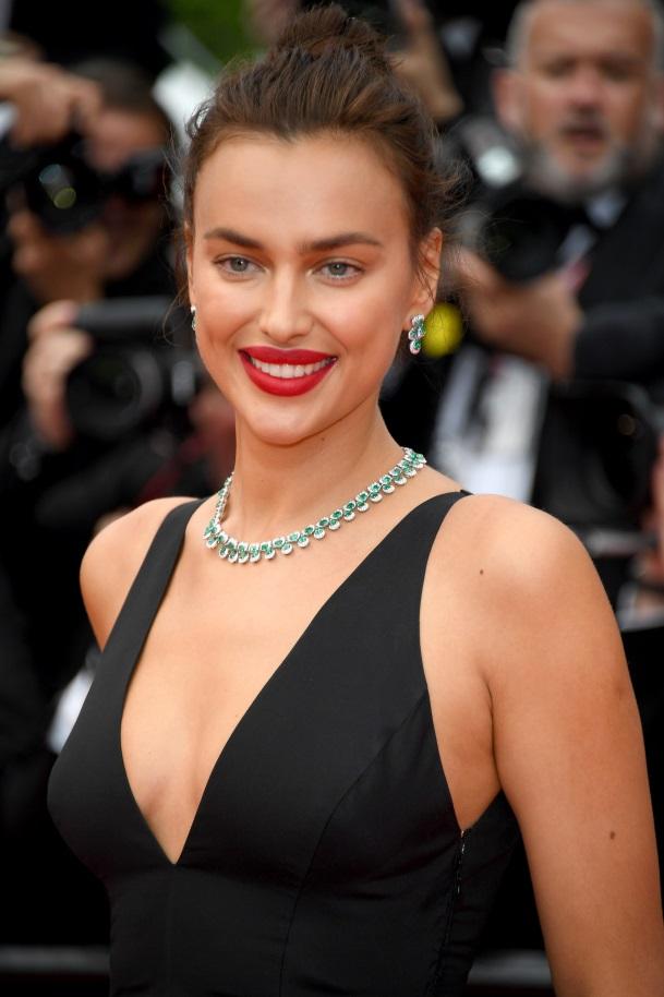 Siêu mẫu người Nga Irina Shayk mang chuỗi dây chuyền và khuyên tai bằng vàng trắng 18 ct đính ngọc lục bảo viền kim cương, thuộc bộ sưu tập High Jewellery.