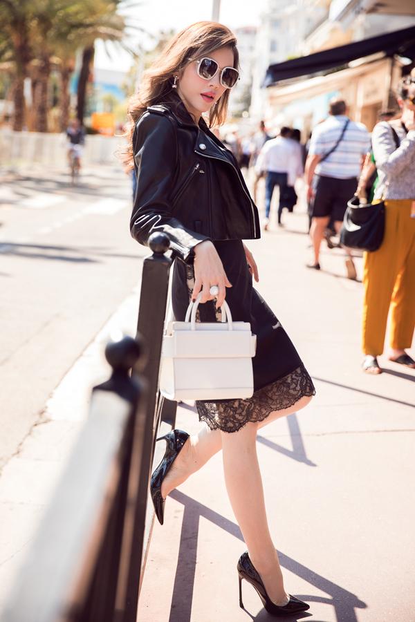 Lý Nhã Kỳ tranh thủ thực hiện bộ ảnh street style trên đường phố với trang phục, phụ kiện hàng hiệu.