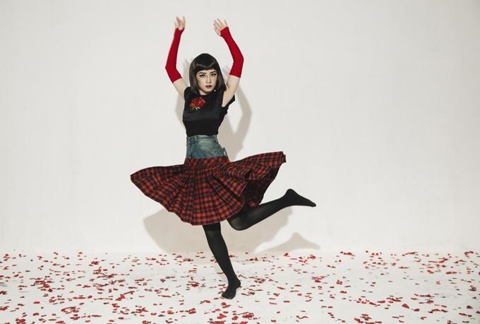 Chi Pu lăng xê mốt quần jean kết hợp váy tuột cá tính. MV Đóa hoa hồng được đầu tư kỹ lưỡng hơn nhiều so với các sản phẩm Chi Pu từng thực hiện, từ khi chính thức đi hát.