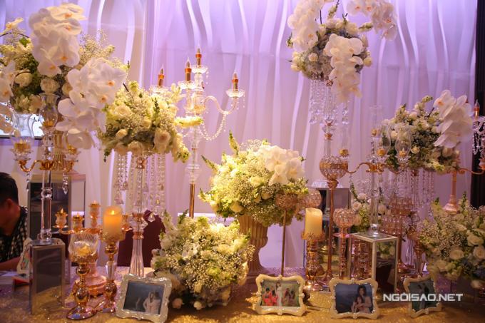 Tiệc cưới của nam ca sĩ được chăm chút tỉ mỉ từng chi tiết. Ảnh cô dâu, chú rể trong chuyến đi Sapa, Mộc Châu thực hiện album cưới đặt trên bàn trang trí cho bạn bè, khách khứa ngắm.