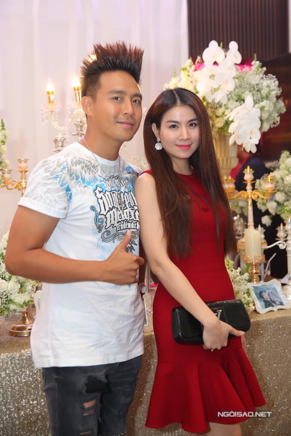 Diễn viên Thanh Duy ăn mặc đơn giản trong khi bà xã Kha Ly nổi bật với bộ váy đỏ giúp tôn dáng hiệu quả.