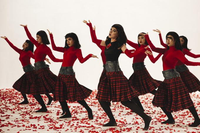 Chi Pu khoe vũ đạo cực chất bên dàn vũ công. Đóa hoa hồng nhận được nhiều lời khen về cả ý tưởng,hình ảnh, âm nhạc và vũ đạo.