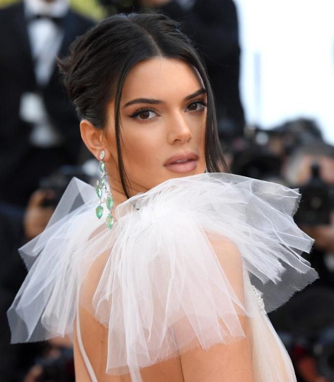 Kendall Jenner đẹp mong manh với hoa tai từ bộ sưu tập Haute Joaillerie bằng vàng trắng 18 ct nạm những viên ngọc lục bảo hình qua lê (68,01 ct), kim cương (15,32 ct), và nhẫn thuộc bộ sưu tập Red Carpet vàng trắng 18 ct nạm ngọc lục bảo, kim cương, tourmaline.