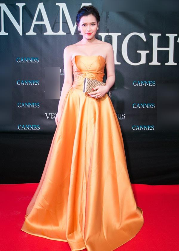 Á hậu Áo dài Phương Trần nổi bật với trang phục dạ hội màu cam.