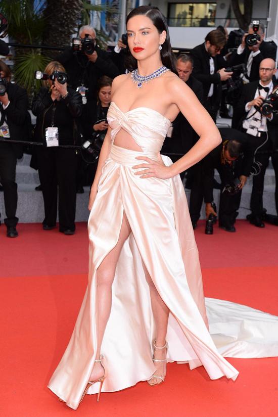 Adriana Lima tới xem buổi chiếu phim của điện ảnh Hàn Quốc mang tên Burning. Cô diện bộ đầm có thiết kế bay bổng, phóng khoáng.