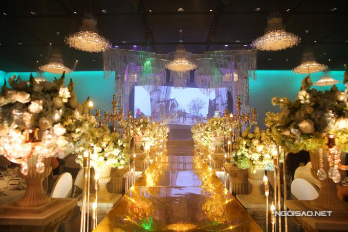Sân khấu lung linh trước giờ cô dâu, chú rể vào làm lễ.