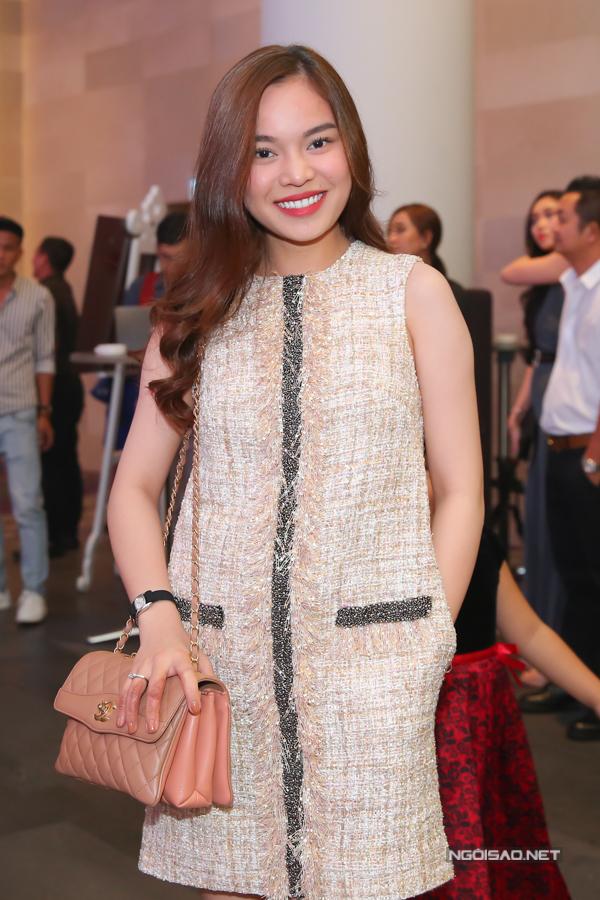 Ca sĩ Giang Hồng Ngọc giấu đường cong với thiết kế váy suông đơn giản.