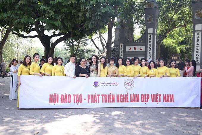 Chiều ngày 15/5, tại số 2 Đinh Lễ, Ba Đình, Hà Nội, Ban Phun thêu thẩm mỹ Việt Nam tổ chức lễ ra mắt. Đây không chỉ là sự kiện lớn đối với những nghệ nhân phun thêu Việt Nam nói riêng, mà còn là niềm vui của toàn ngành làm đẹp nói chung.