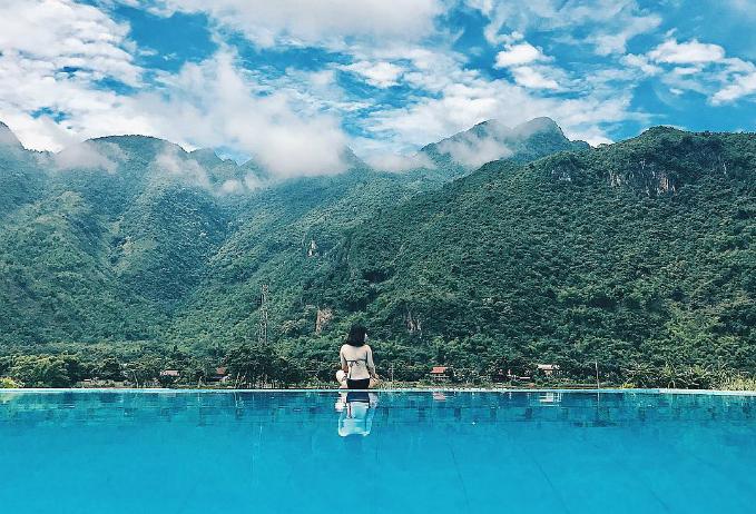 Sol Bungalows Resort - Mai ChâuSol Bungalows nằm tại huyện Mai Châu tỉnh Hòa Bình, vốn cũng khá quen thuộc với những tín đồ mê dịch chuyển miền Bắc. Nằm ở xã Chiềng Châu,Sol Bungalows lạc giữa núi rừng, ruộnglúa và cây cối xanh tươi. Đặc biệt, khu nghỉ sở hữu một bể bơi ngoài trời có diện tích khá lớn, nhìn xuống đồng lúa rộng mênh mông.