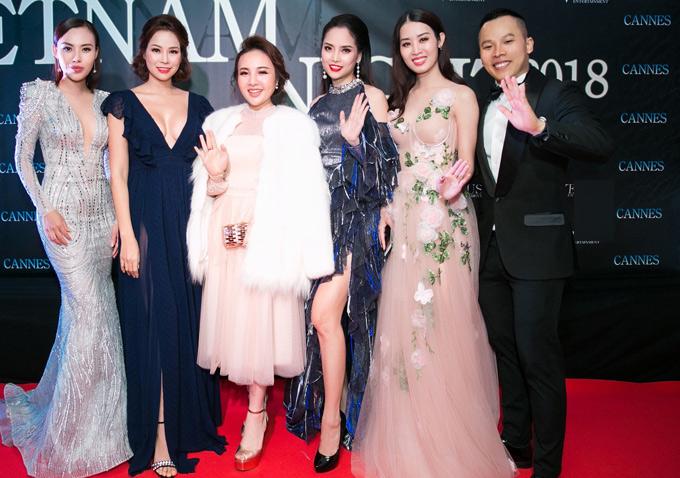Hoa hậu Nhân ái Mai Quỳnh (ngoài cùng bên trái), Á hậu Áo dài Minh Phương (thứ hai từ phải qua) đến ủng hộ chương trình của bầu Tiệp.