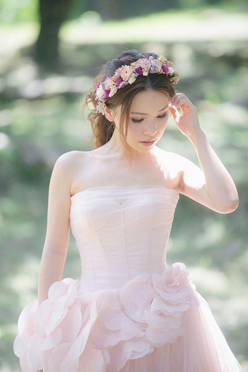 Món phụ kiện được kết bằng hoa tươi khiến cô dâu giống như một nàng thơ bước ra từ câu chuyện cổ tích.