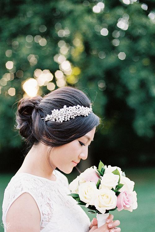 Một chiếc bờm đính đá to bản giúp cô dâu tạo dấu ấn nổi bật trong lễ cưới.