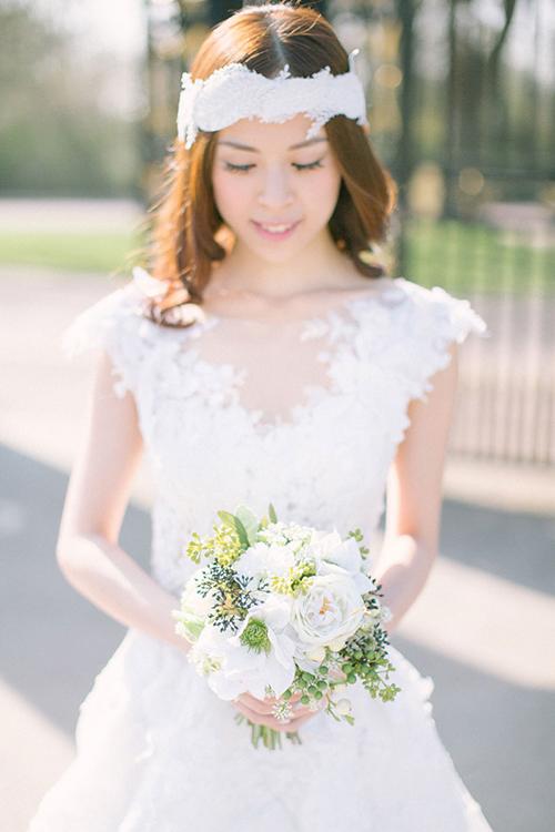 Nét quyến rũ của bờm vải trên mái tóc xoăn nhẹ hài hòavới chiếc váy ren của cô dâu.