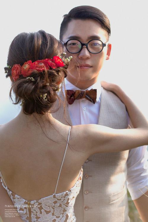 Những bông hoa nhí được nhà tạo mẫu khéo léo đan cài vào mái tóc tết để làm nền cho lược càito bản với sắc hoa đỏ thắm.