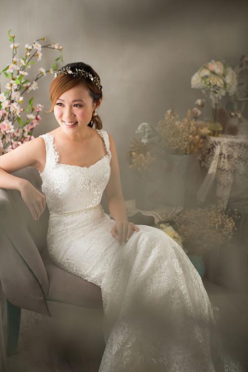 Cô dâu để tóc mái dài và buộc thấp ở đằng sau. Chiếc bờm đính đá cỡ trung là phụ kiện khiến tổng thể không bị nặng nề.