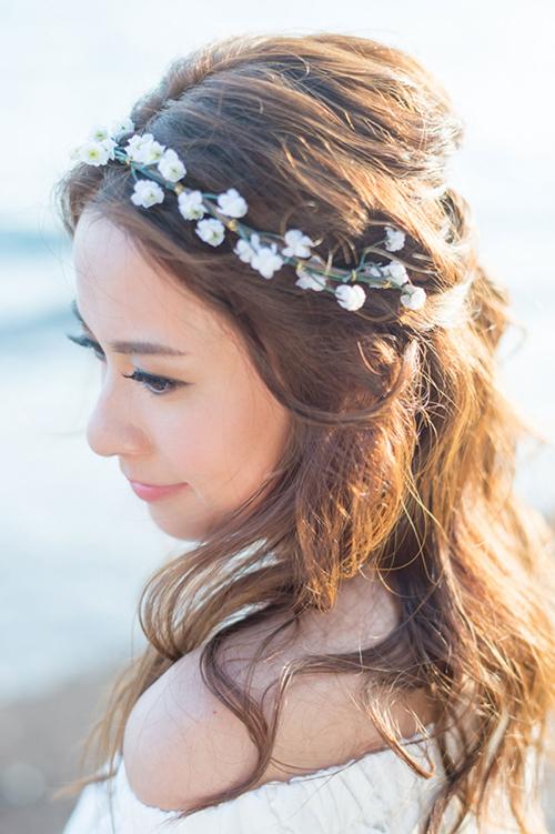 Vòng đội đầu kết từ hoa nhí mang đến vẻ ngoài nhẹ nhàng nhưng không kém phần lãng mạn cho cô dâu.