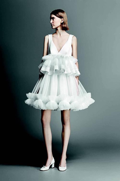 Một mẫu váy cưới khác đến từ thương hiệu Viktor & Rolf cho mùa cưới 2019. Lớp vải tuyn được sắp xếp khéo léo tạo thành 2 tầng bèo nhún cho bộ váy cưới. Dù được thiết kế xẻ ngực sâu táo bạo nhưng nhờ phần bèo nhún, bộ váy đem đến vẻ dễ thương cho người mặc.