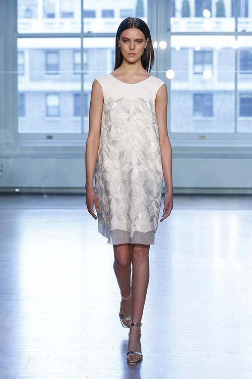 Tiếp tục là một mẫu váy suông đến từ thương hiệu Justin Alexander. Mẫu váy khá đơn giản với điểm nhấn là lớp vải bóng có họa tiết lập thể tạo hiệu ứng thị giác.
