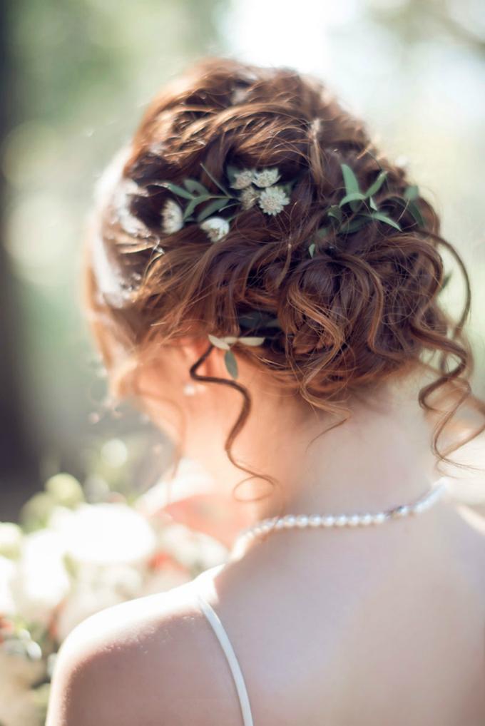 Hoặc đơn giản là một chút nhấn nhá từ nhành hoa được gắn vào sau mái tóc tết và cố định bằng ghim cài.