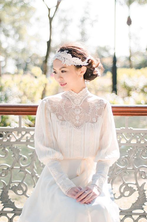 Cô dâu chọn bờm vải và tạo tóc búi trong ngày vu quy.